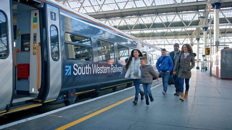 Skynews South Western Rail 4668003.jpg