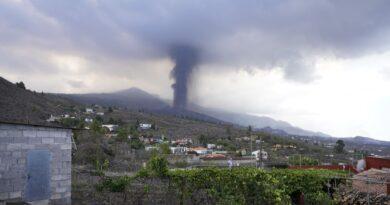 La Palma eruption: Lava spread raises fears of more damage on Spanish island as it rises 50 feet in places | World News