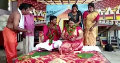 Kerala floods: Indian couple sail to their wedding in giant cooking pot | World News